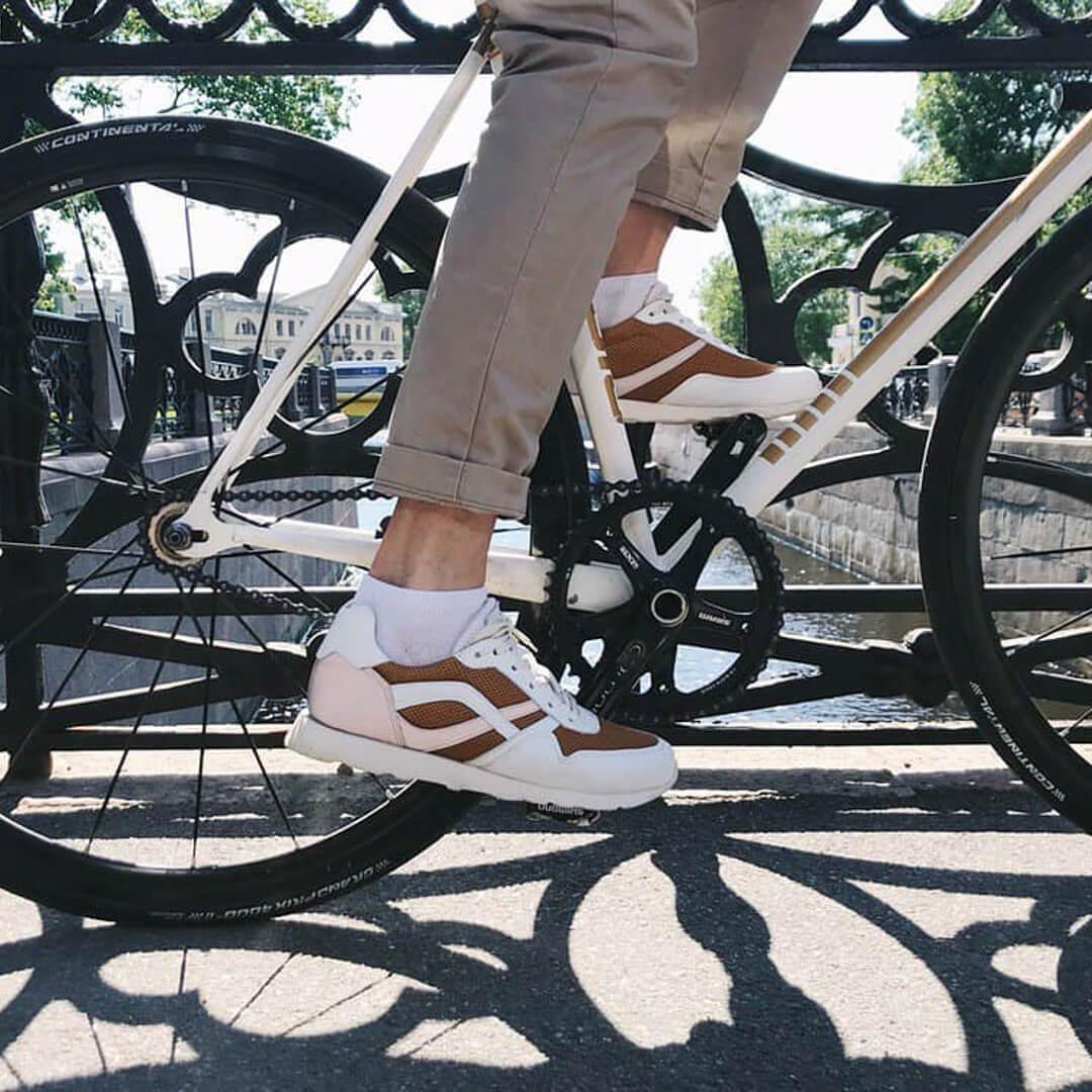 Велокроссовки в индивидуальном дизайне в стиле велосипеда